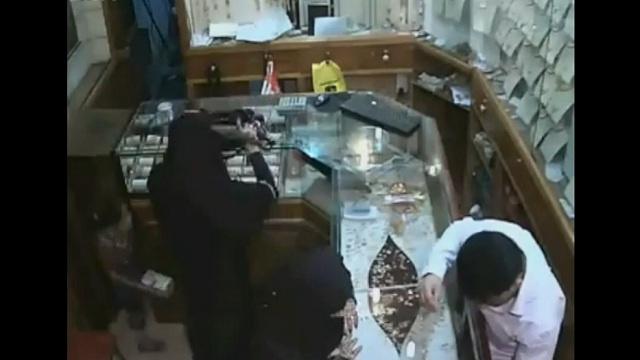 بالفيديو .. أستغلوا الطفولة لسرقة مئات آلاف الريالات من المجوهرات