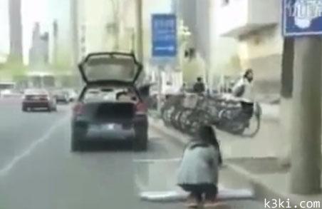 بالفيديو .. امرأة تلجأ للحيل لركن سيارتها !!