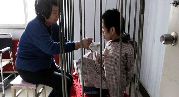 """امرأة صينية قررت أن تحافظ على حياة ابنها فحبسته """"40 عاما"""" داخل قفص !!"""