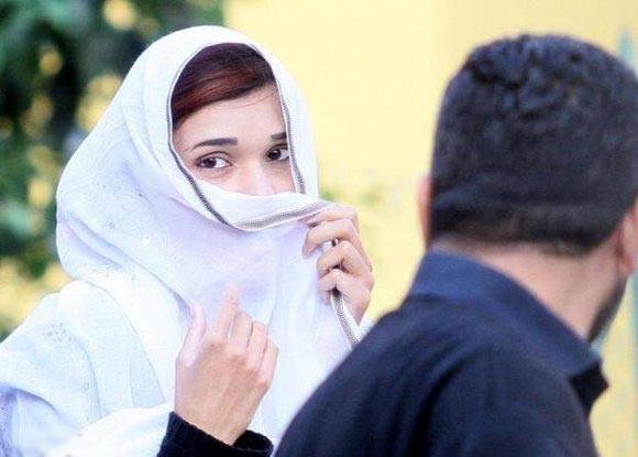 فتاة باكستانية حرمت من المدرسة بسبب جمالها !!