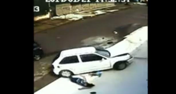 بالفيديو.. طفل ينجو من تحت سيارة مرت بعجلاتها على كتفه ورأسه