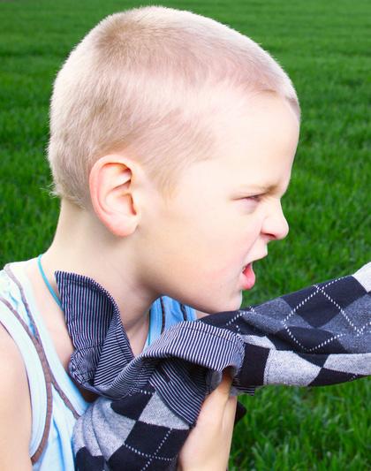 كيفية التعامل مع الطفل المشاكس والغاضب
