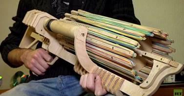 بالفيديو .. طالب أوكراني يخترع سلاحا رشاشا للأشرطة المطاطية