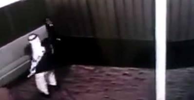 بالفيديو.. لحظة سقوط باب حديد ضخم على رجل !!