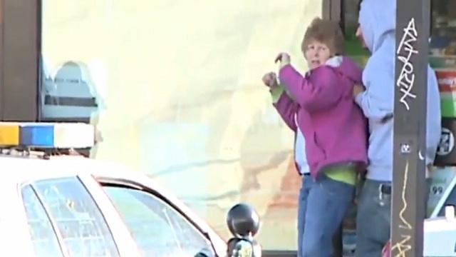 بالفيديو : رصاصة مرت بجانب الرهينة لتصيب خاطفها