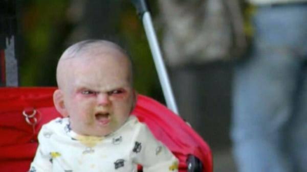 """بالفيديو : """"طفل شيطاني"""" يتجول بشوارع نيويورك"""