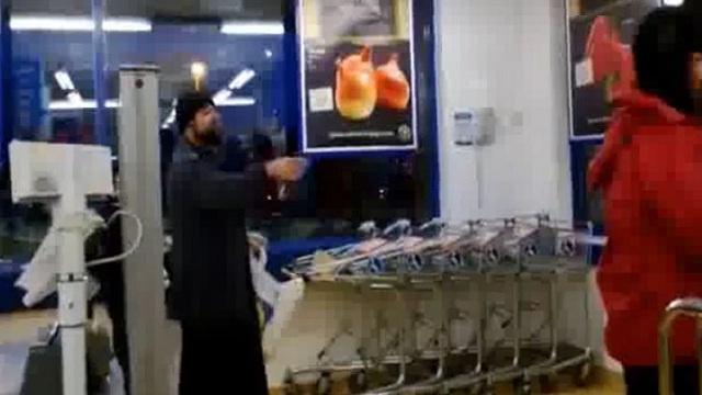 """بالفيديو .. بائعة لزبونها: """"الموت لك أيها المسلم!"""