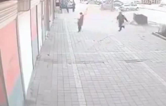 بالفيديو : أشعل النار برأس زوجته أمام المارة