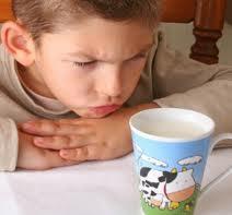 ان كنت ممن يعانون مع أطفالهم في شرب الحليب اليك هذه النصائح ؟؟؟؟!!!!!!!