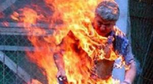 رجل يضرم النار في جسده