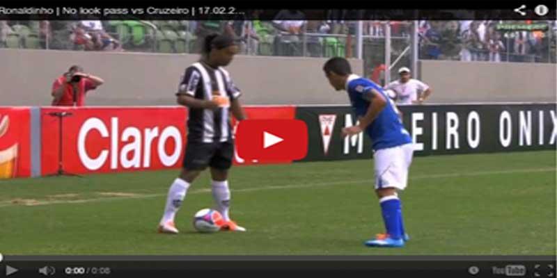 """بالفيديو.. رونالدينيو """"يرقص"""" أمام خصمه بالكرة"""