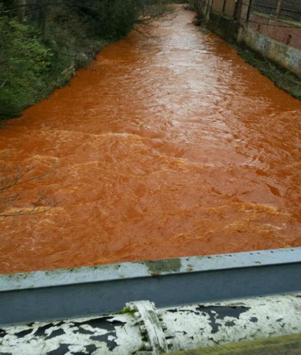 نهر برتقالي في بريطانيا!!!