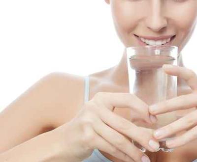 فائدة شرب الماء أثناء الطعام