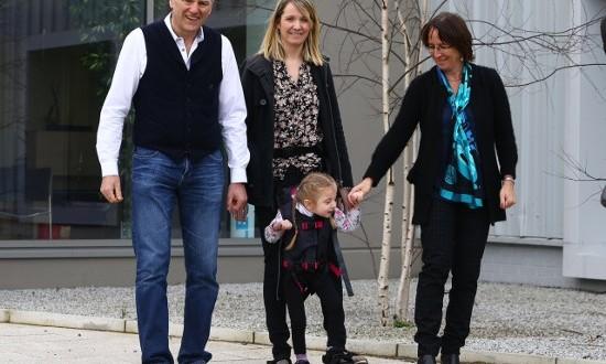 ام تبتكر اداة تمكن الأطفال المعاقين من السير مع ابائهم