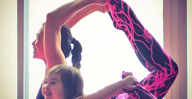 صور جميلة لمدربة يوغا مع ابنتها