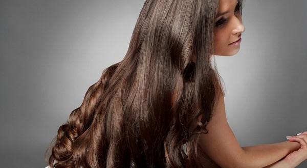 إليكِ خلطة طبيعية لتطويل الشعر