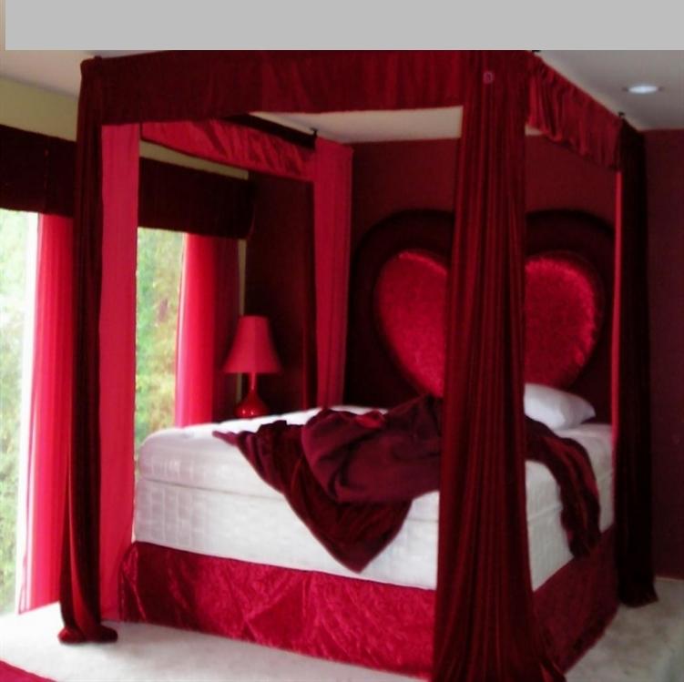 غرف نوم بالأحمر