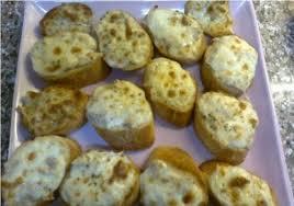 الخبز الفرنسي مع الجبنة والفطر
