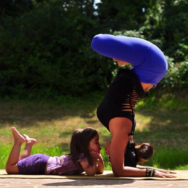 صور مدربة يوغا مع ابنتها